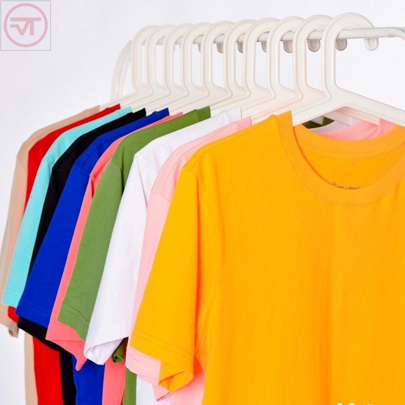 Áo phông cổ tròn có nhiều màu sắc khác nhau